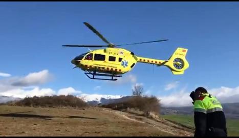 Vista de l'helicòpter del SEM que va traslladar la conductora ferida greu a Bellver de Cerdanya.