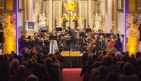 El Paranimf va acollir dijous a la nit el concert de l'OJC. A la imatge, la soprano Júlia Farrés-Llongueras interpreta Rafael Ferrer.