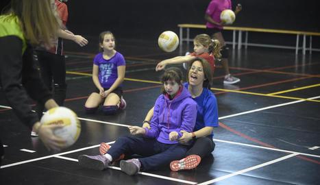 vòlei. La Rous, amb una de les seves alumnes provant el vòlei al club Vòlei Balàfia, amb què han signat un conveni.