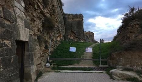 Tanquen un camí d'accés a la muralla de la Seu per despreniments