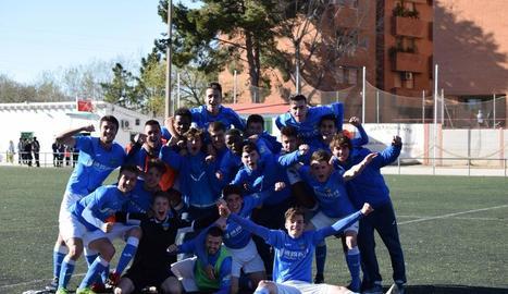 Els jugadors del Juvenil del Lleida celebren la permanència.