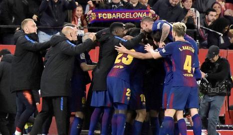 Els jugadors celebren amb la banqueta en ple un resultat que manté els blaugranes invictes a la Lliga.