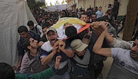Imatge del funeral d'un dels palestins que van morir a les protestes protagonitzades a la frontera entre Gaza i Israel divendres.