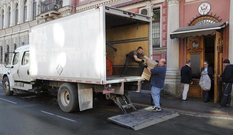 Diversos funcionaris nord-americans embalen material del consolat a Sant Petersburg (Rússia).