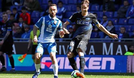 Tomàs Pina controla la pilota davant la pressió de Sergi Darder.
