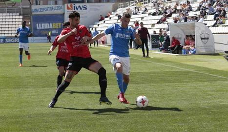 Marc Nierga, que va entrar a la segona part, intenta anar-se'n d'un defensor del Formentera.