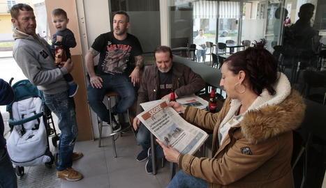 Clients del bar Fina, ahir a la tarda comentant la notícia.