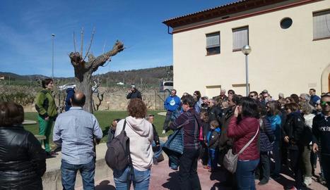 Més d'un centenar de persones ahir a l'entrada de les botigues museu de Salàs de Pallars.
