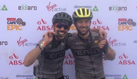 Antonio Moreno i Marc Tugues celebren el moment de creuar la línia de meta de l'última etapa de la Cape Epic.