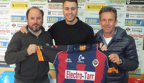 Edu Berrocal, al centre, nou entrenador del Tàrrega.