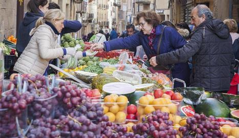 El mercat setmanal de Tàrrega, durant el festiu d'ahir.