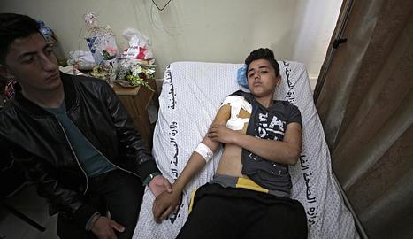 Un jove palestí hospitalitzat a Gaza, ahir.