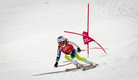 L'esquiadora del CAEI Júlia Bargalló, durant el supergegant disputat ahir a Sierra Nevada.
