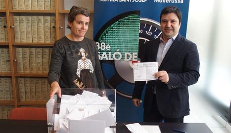 El director de Fira de Mollerussa, Poldo Segarra, extreu la butlleta guanyadora del concurs de 6.000 euros entre els compradors.