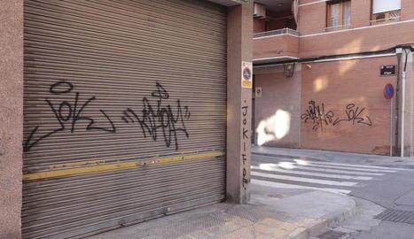 """Els veïns de la Bordeta, """"farts"""" de pintades als seus carrers"""