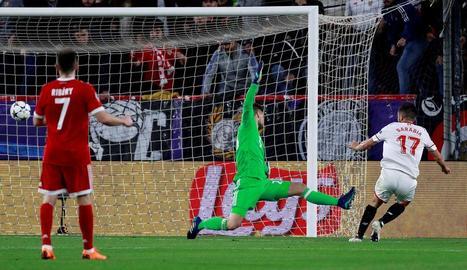Sarabia marca el gol del Sevilla, ahir en el partit davant del Bayern de Munic.