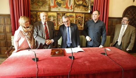 Un moment de la firma del conveni entre el Cercle de Belles Arts i el Museu Jaume Morera.