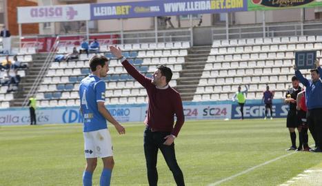 Gerard Albadalejo dóna instruccions a Albístegui durant el partit de diumenge passat.