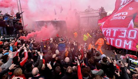 Aficionats del Liverpool van rebre l'autobús del City amb gran hostilitat llançant objectes.