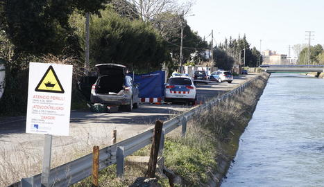 Agents de la unitat d'investigació de Mossos treballant ahir al lloc on l'extreballador es va treure la vida a la partida Fontanet.