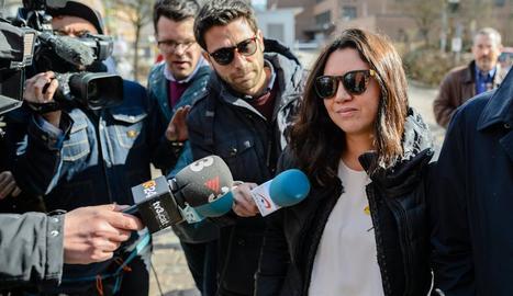 Marcela Topor, esposa de Carles Puigdemont, ahir, a l'arribar a la presó de Neumünster.