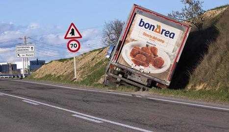 El camió va quedar a la cuneta després de l'accident.