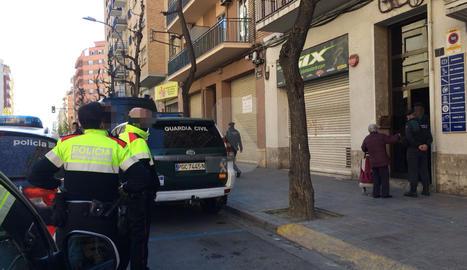Mossos i Guàrdia Civil, davant del número 7 de l'avinguda de València.