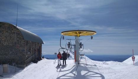 Esquiadors en un remuntador de la part alta de Boí Taüll.