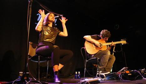 La cantant Maria Arnal i el guitarrista Marcel Bagés, ahir a la nit en l'actuació al Cafè del Teatre.