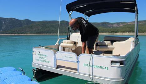 Un dels catamarans que ofereixen visites fins al congost.