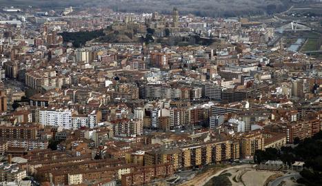 Vista aèria de part de la ciutat de Lleida, amb la Seu Vella al fons.