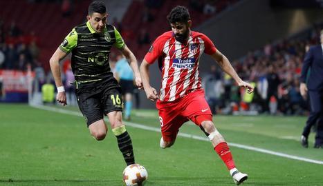Diego Costa intenta superar un jugador de l'equip portuguès.