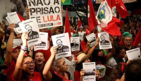 Simpatitzants de l'expresident brasiler, en un acte de suport dimecres passat al Brasil.