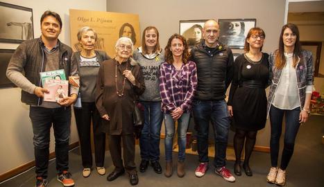 Pilarín Minguell i Josefina Vidal (segona i tercera per l'esquerra), amb les autoritats i les tècniques.