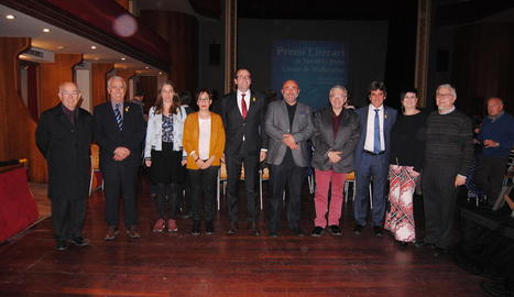 Els guanyadors del premi i l'accèssit, ahir a L'Amistat amb el jurat del certamen i l'alcalde.