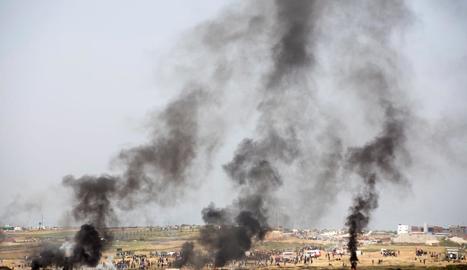 Manifestants palestins cremen pneumàtics a la frontera amb Israel.