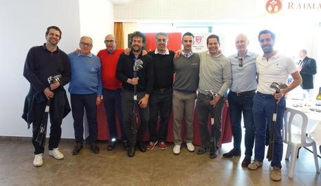 Foto de família dels jugadors professionals que participen en el torneig ahir abans de començar a jugar.