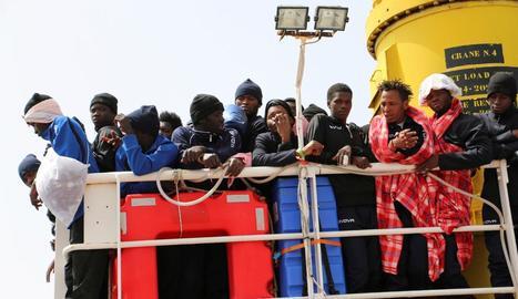 Refugiats a bord d'un vaixell de rescat.