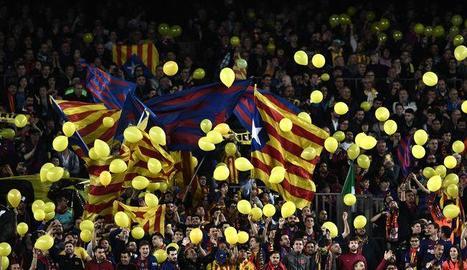 Nombrosos aficionats van mostrar globus grocs dimecres al Camp Nou.