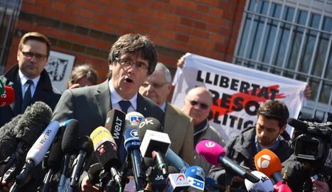 Carles Puigdemont, ahir, al sortir de la presó de Neumünster, compareixent davant de nombrosos mitjans.