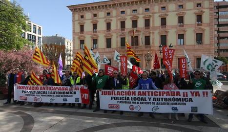 Protesta per reclamar la jubilació anticipada - Guàrdies urbans i mossos d'esquadra van protestar ahir davant de la subdelegació del Govern espanyol per reclamar la jubilació als 60 anys.