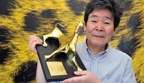El realitzador nipó Isao Takahata, rebent un premi a Locarno, Suïssa.
