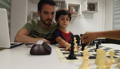 presó. El Xavier Valios en primer pla, jugant amb el Sebastián.