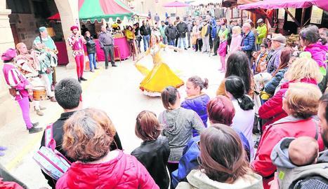 Músics, joglars i ballarines van omplir ahir d'espectacles el centre històric d'Arbeca.