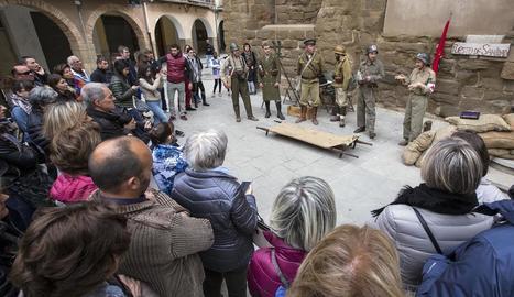 Un moment de la recreació que va tenir lloc ahir a la plaça de l'Església just abans d'iniciar el recorregut pels refugis.