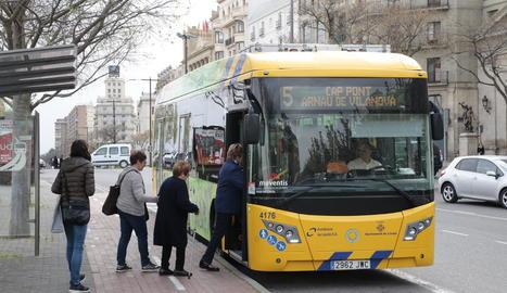 Viatgers pujant ahir a un autobús urbà a la ciutat de Lleida.