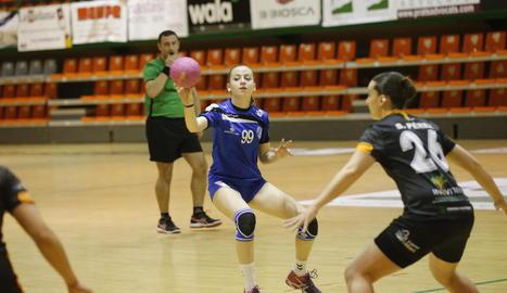 Maria Mayol intenta una passada davant d'una jugadora rival.