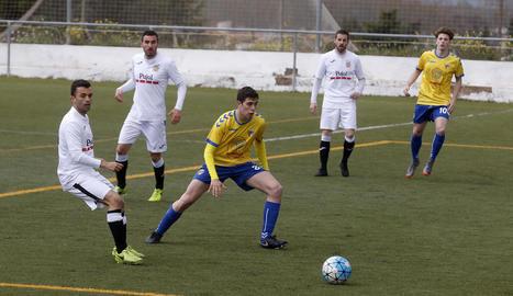 Un jugador del Borges intenta robar la pilota a un del Vila-seca al centre del camp.
