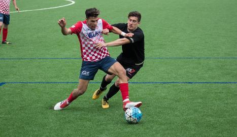 Hichem prova de controlar una pilota davant de la pressió d'un jugador de l'Andorra ahir durant el partit.