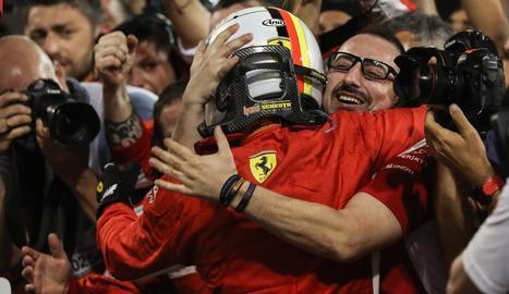 Sebastian Vettel celebra el triomf al circuit de Bahrain amb un dels seus mecànics ahir després de la carrera.